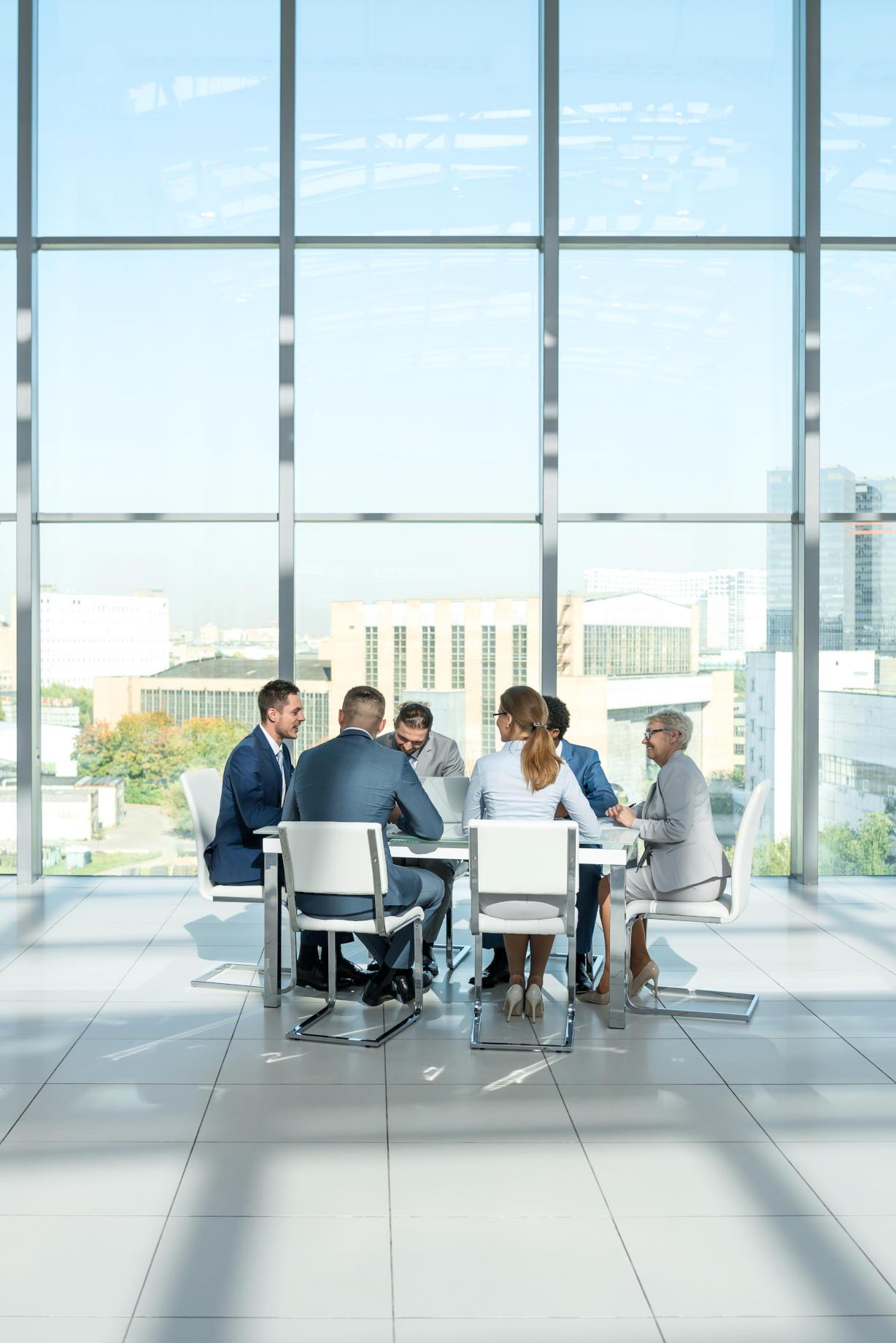 Wirtschaftsbündnis Naturheilkunde alle sitzen an einem Tisch